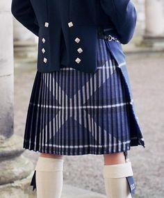 Saltire Kilt- I understand a bit about kiltmaking, but how on earth do you sew the pleats for this? - first pick your tartan, then pin carefully Tartan Mode, Tartan Kilt, Harris Tweed, Tartan Fashion, Mens Fashion, Under The Kilt, Men In Kilts, Kilt Men, Burberry