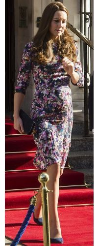 Kate Middleton stepped out for lunch at the Goring Hotel's birthday celebration. Kate was wearing the 'Darla' dress by Erdem, blue suede Alexander McQueen heels & her blue suede Stuart Weitzman 'Muse' clutch. Pippa Middleton, Kate Middleton Pregnant, Princesse Kate Middleton, Kate Middleton Style, Princesa Charlotte, Princesa Kate, Stuart Weitzman, Duchesse Kate, Floral Frocks
