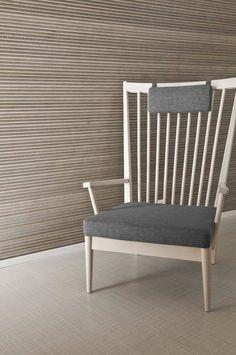 Aaltoileva Vire-paneeli leikkii varjoilla muuttaen väriään ja muotoaan katselusuunnasta riippuen Outdoor Chairs, Outdoor Furniture, Outdoor Decor, Made Of Wood, Furniture Making, Floor Chair, Home And Living, Cottage, Ovet