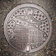 【minamu4545alchemist】さんのInstagramをピンしています。 《鶴岡市の手蓋。 描かれているのは鶴ヶ岡城にある『大宝館』と市の花・サクラと市の鳥・鶴です。 鶴岡市上下水道部周邊にて。 雨天につきあまりよく撮れてません。 #manhotalk #manhole #manholecover #manholejp #manholestagram #manholeunited #cooljapan #squircle #art_on_the_ground #sewerage #マンホール #マンホールの蓋 #マンホール倶楽部 #蓋 #ご当地 #下水道 #デザインマンホール  #ハンドホール #山形県 #鶴岡市 #花蓋 #flower #櫻蓋 #サクラ #桜 #cherryblossoms #鶴 #ツル #大宝館 #鶴ヶ岡城》