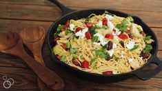 This simple Mediterranean Olive Oil Pasta is always a hit! Plus, 20 minutes start-to-finish! Veggie And Fruit Diet, Fruits And Veggies, Mediterranean Pasta, Mediterranean Diet Recipes, Dash Diet Meal Plan, Diet Meal Plans, Vegetarian Recipes, Healthy Recipes, Drink Recipes