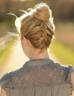 Une tresse inversée Une coiffure parfaite pour dégager la nuque en été quand il fait très chaud.