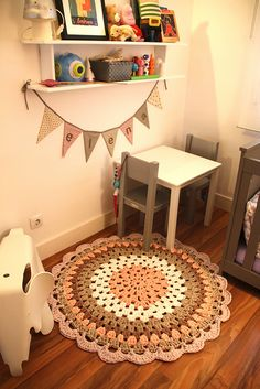 The round crochet rug is a versatile craft that you can make to decorate your home or even to sell and complement your income. Crochet Doily Rug, Crochet Carpet, Crochet Headband Pattern, Crochet Motifs, Crochet Cross, Crochet Home, Crochet Patterns, Round Rugs, Chrochet