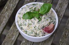 """Mit """"Alsan"""" schmeckt auch Kräutermargarine wunderbar butterig. Wir haben Alsan bio genommen. Zutaten: 250 g Alsan (vegane Butter) 1/2 Bund Schnittlauch 1/4 Bund Basilikum (nur die Blätt…"""
