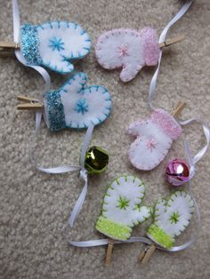 Cute felt mitten garland; love the mini clothespins. Could hang this from the fireplace OR in the kitchen window.