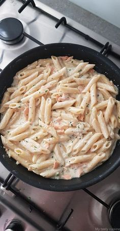 Penne au saumon fumé - My tasty cuisine You are in the right place about Italian Recipes starter Here we offer you the most beautiful pictures about the gluten free Italian Recipes you are looking for Quick Recipes, Easy Healthy Recipes, Quick Easy Meals, Pasta Recipes, Salmon Recipes, Healthy Meals, Healthy Food, Pasta Dishes, Food Dishes