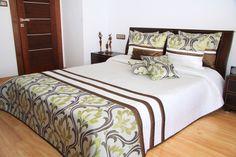 Ponadczasowe narzuty pikowane na łóżko w kolorze ecru z zielonym wzorem