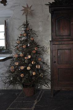A foraged & homemade Welsh country Christmas - Design Hunter - UK design… Cottage Christmas, Noel Christmas, Primitive Christmas, Christmas Design, Country Christmas, Simple Christmas, Winter Christmas, Natural Christmas Tree, Christmas Island