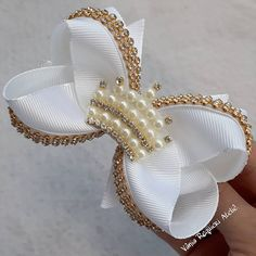 It is common to see decoration items, clothes and even cakes and other types of candy with bows and ornaments that resemble the piece. Hair Ribbons, Ribbon Hair, Ribbon Bows, Making Hair Bows, Diy Hair Bows, Satin Flowers, Fabric Flowers, How To Make A Ribbon Bow, Tambour Beading