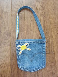 I made 2 of these adorable little purses (instructions here ) this week – one fo… – 2019 - Denim Diy Jean Pocket Purse, Denim Purse, Jean Crafts, Denim Crafts, Jean Purses, Purses And Bags, Pocket Craft, Kids Purse, Recycle Jeans