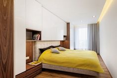 furnishing-ideas-bedroom-cupboards-above-bed-in-glossy-white-with-dark-wood.jpg 600×403 pixeli