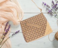 """Unsere Handtasche """"Joana"""" ist sehr praktisch und hat ein wunderschönes modernes Design. 🎨 Durch den diagonalen Reißverschluss und den Schnitt macht die Tasche auf sich aufmerksam und rundet jedes Outfit ab. 👗 Sie harmoniert sehr schön mit hellen Farben und Pastelltönen. Die Tasche gibt´s auch mit einem anderem Muster bei uns im Shop. 👜#Kork #Handtasche #Korktasche #Verkorkst Cork Fabric, Mosaic Designs, Best Sellers, Shoulder Bag, Zipper, Pastel, Contemporary Design, Handbags, Nice Asses"""