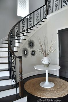 Staircase decor a lot like Auny Mames house Metal Balusters, Iron Stair Railing, Wrought Iron Stairs, Curved Staircase, Staircase Design, Interior Exterior, Interior Design, Foyer Furniture, Decorate Your Room