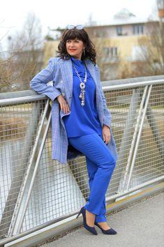 Ein kreatvier Kleiderschrank beginnt mit einem sinnvollen Kleiderschrank-Check. Sortieren nach Farben und den richtigen Stil machen Freude an der Kleidung. Instagram Ladies, Lady, Duster Coat, That Look, Lifestyle, Classic, Jackets, Outfits, Beauty