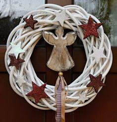 Plno hvězd proutěný věnec laděný do hnědé, zdobený dřevěným andílkem a drobnými hvězdičkami, průměr 30 cm