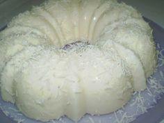 PUDIM DE COCO. INGREDIENTES 2 xícaras de (chá) de leite em pó integral 1 xícara de ( chá) de amido de milho... 1 lata de leite condensado 2 xícaras de (chá) de coco ralado 1 xícara de (chá) de açúcar refinado 1 e 1/2 litros de água filtrada Coco para decorar MODO DE PREPARO Misture bem todos os ingredientes Leve ao fogo baixo, mexendo sem parar, por cerca de 20 minutos, ou até ficar um mingau bem grosso Retire do fogo, despeje em uma forma de furo central molhada