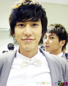 Super junior member kyuhyun. And old man leeteuk creepin in the back.... 슈퍼주니어 규현