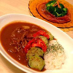 豚肉のほうが好きだけど、牛が安かったので(^^;; - 139件のもぐもぐ - ビーフカレー 揚げナスと焼きトマト添え、ブロッコリーと生ハムのサラダ by nikori