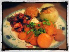 Cipolla ripiena si soia, melanzane in padella e carote dorate