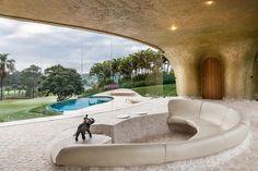 Este proyecto se encuentra en Itú, Brasil, dentro de un fraccionamiento privado que cuenta con un campo de golf rodeado de la exuberante vegetación de la zona y, a tan sólo 120 kilómetros de la...