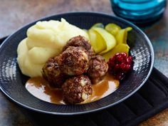 Lihapullat maistuvat melkein kaikille! Lihapullien perusohjeella voit valmistaa tavallisia lihapullia, eri tavoin maustamalla saat uusia makuja. Lihapullien kypsennysaika uunissa on vain 15 minuuttia.