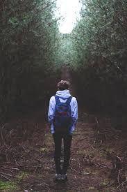 Resultado de imagen de chico caminando tumblr