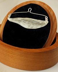Brooches, parchment (= leather) http://akoru.valmiskauppa.fi/solmioneula-lehti-p-1145.html