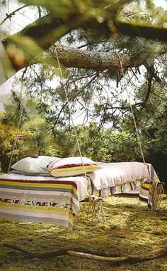 outside pallet tree bed -- Reclaimed Pallets Revamped. I could be talked into this rather than a hammock. Outdoor Spaces, Outdoor Living, Outdoor Beds, Outdoor Bedroom, Outdoor Photos, Living Haus, Living Rooms, Awesome Bedrooms, Porches