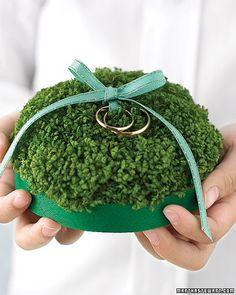 Shamrocks as ring pillow, an original idea for an Irish wedding.