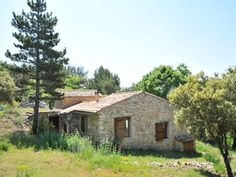 In Provence, a Stone country house in the Park of Luberon in an exceptional environment.