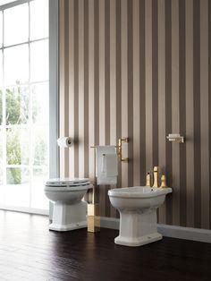 Realizzare un raffinato ambiente bagno di gusto romantico e retrò con sanitari in stile classico realizzati in ceramica bianca.