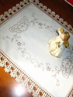 Filomena Crochet e Outros Lavores: – Toalha de bandeja Filomena Crochet and Other Flavors: – Tray towel Crochet Mittens Free Pattern, Crochet Edging Patterns, Crochet Motifs, Lace Patterns, Craft Patterns, Crochet Doilies, Crochet Stitches, Crochet Towel, Crochet Fabric