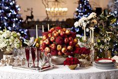 Maçãs e arranjos em branco e vermelho chamam a atenção nesta mesa de Natal assinada por Aparecida Helena. Fonte: Casa Claudia