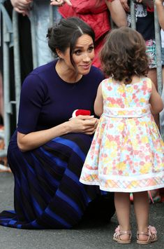 Meghan, Duchess of Sussex greets a young fan at the public walkabout at the Rotorua Government Gardens on October 2018 in Rotorua, New Zealand. The Duke and Duchess of Sussex are on their. Get premium, high resolution news photos at Getty Images Prince Harry And Megan, Harry And Meghan, Prinz Harry Meghan Markle, Meghan Markle Stil, Meghan Markle Photos, Princess Meghan, Princess Diana, Kate And Meghan, Cute Little Girls
