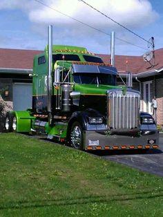 What a beauty this high bunk custom Kenworth is! A real looker in black with bright green contrast. Show Trucks, Big Rig Trucks, Dump Trucks, Old Trucks, Kenworth T800, Scania V8, Peterbilt Trucks, Auto Jeep, Heavy Duty Trucks