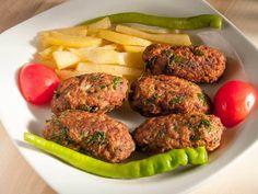 Kıbrıs Köftesi  -  Fügen Büke #yemekmutfak.com Kıbrıs mutfağının önemli ve en bilinen yemeklerinden birisidir. Kıbrıs köftesi adanın ünlü patatesleri ve kıyma ile yapılıyor. Son derece lezzetli ve kolay bir tarif. Sadece yaparken birkaç püf noktasına dikkat etmek gerekiyor.