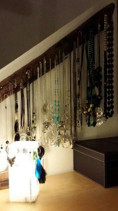 Rangements pour bijoux : bois flotté pour les colliers, lampe pour les boucles d'oreilles