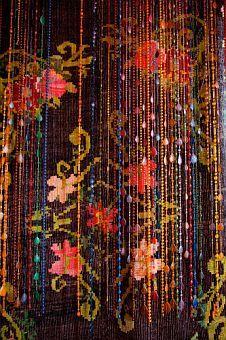 40 ideas room decor hippie beaded curtains for 2019 Bohemian Living, Bohemian Gypsy, Bohemian Decor, Bohemian Style, Hippy Style, Bohemian Interior, Mini Bar, Beaded Door Curtains, Sheer Curtains
