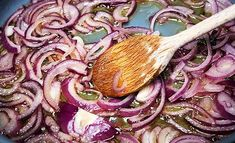 Le cipolle rosse caramellate sono una prelibata dolcezza e sono un perfette contorno per accompagnare un gran numero di piatti.
