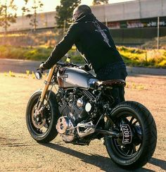 For you lovers of motorcycle modification certainly familiar with the term cafe racer. Yes, Cafer racer can be regarded as among the streams / style modification motor in the first place until now still loved. Virago Cafe Racer, Yamaha Cafe Racer, Yamaha Virago, Moto Cafe, Scrambler, Brat Bike, Cafe Racer Motorcycle, Motorcycle Style, Motorcycle Helmets