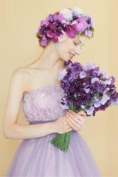 スミレがテーマのかわいらしい花嫁。披露宴のカラードレスのまとめ一覧。二次会や1.5次会にも使えるドレスの参考例を集めました♡