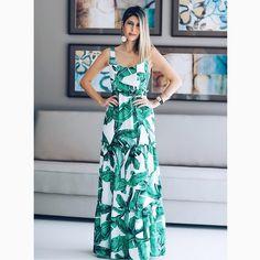 A @fhits influencer @carolinatognon e o nosso 'long dress' perfeito para esse sábado em clima#TropicalVibesRS.😻😻😻#reginasalomao #SS17 #momentoRS