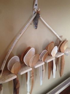 Rustic hand carved spoons and rack. Love the hook too. Rustic hand carved spoons and rack. Love the hook too. Wooden Projects, Wooden Crafts, Carved Spoons, Green Woodworking, Wood Spoon, Wood Creations, Wood Bowls, Wood Carving, Hand Carved