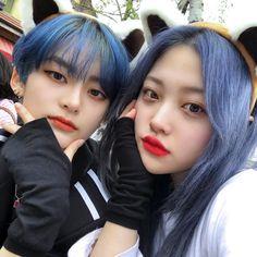 La imagen puede contener: 3 personas, selfie y primer plano Korean Boys Ulzzang, Cute Korean Boys, Ulzzang Couple, Ulzzang Girl, Korean Girlfriend, Korean Couple Photoshoot, Korean Best Friends, Skater Girl Outfits, Couple Outfits