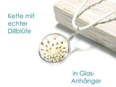 **Halskette** mit echter, natürlicher Dill-Blüte (ungefärbt) im Glas-Anhänger. Der Blüten-Anhänger hat einen Durchmesser von 2,5 cm, die Halskette besteht aus geflochtenem, gewachstem Baumwollband...