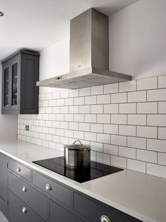 Kitchen Cupboard Colours, Grey Kitchen Tiles, Grey Shaker Kitchen, Grey Painted Kitchen, Dark Grey Kitchen Cabinets, Gray And White Kitchen, Kitchen Tiles Design, Grey Kitchens, Painting Kitchen Cupboards
