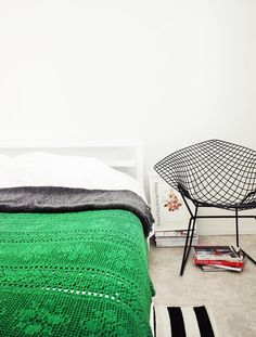 Green and bright // Colorful black and white bedroom with green blanket
