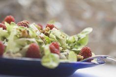 Das perfekte Sommersalat-Rezept mit einfacher Schritt-für-Schritt-Anleitung: Die Walnüsse in einer Pfanne mit dem Rosmarin anrösten. Butter und Zucker…