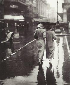 PROMENEUSES SOUS LA PLUIE, PARIS, 1934 (PHOTOGRAPHE INCONNU)