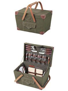 憧れのピクニックセットは、バーベキューグッズやアウトドア用品で人気の英国ブランド、「ダイレクトデザイン」のものをチョイス。ワイングラス、ワインオープナー、食器、チーズボード、ナイフ、フォーク、スプーン、調味料入れがセットになっている。4人でのピクニックはこれで完璧! 「ダイレクトデザイン」 ピクニックバスケット (W46×D30×H28cm) ¥25,200..